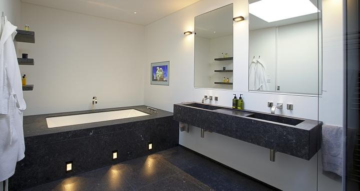 Master bathroom en-suite with Aquavision waterproof TV
