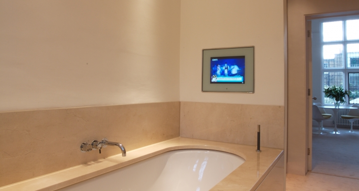 Master bathroom en-suite with Aquavision waterproof TV